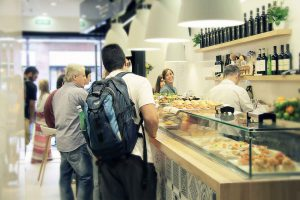 Barra del Bar Eme, famoso por sus sandwiches y su receta de salsa secreta