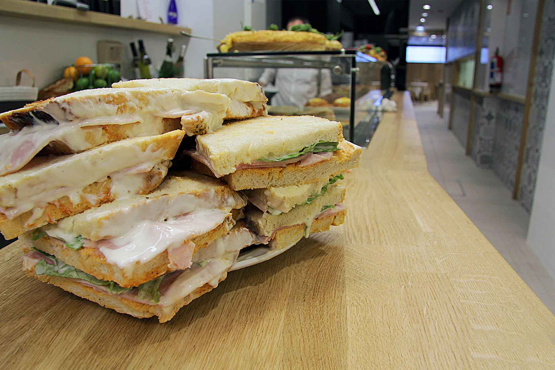 Triángulos, los sandwiches del Bar Eme de Bilbao famosos por su receta de salsa secreta